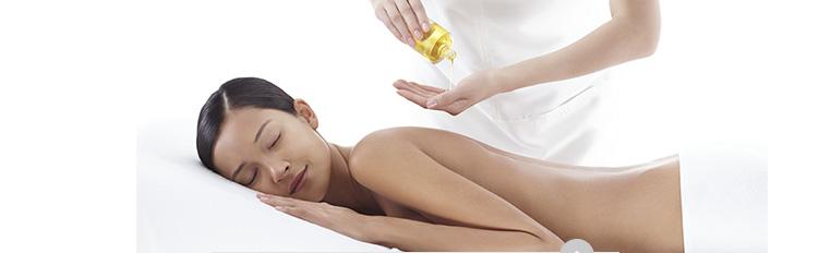 Femme se faisant masser