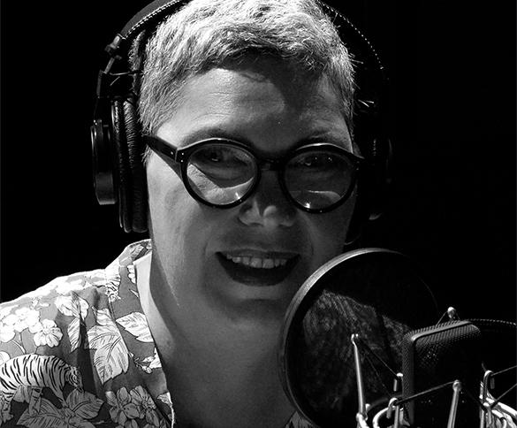 Animatrice parlant à la radio